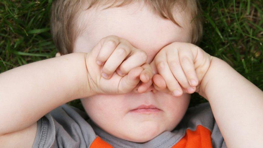 Sobarse los ojos podría generar discapacidad visual en los niños
